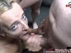 Zierliche Blonde mit Minititten beim Gangbang
